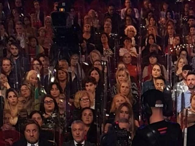 """Costanzo Show, pienone di pubblico senza mascherine. Lui: """"Non rompete, possono farlo tutti. Ecco come"""""""