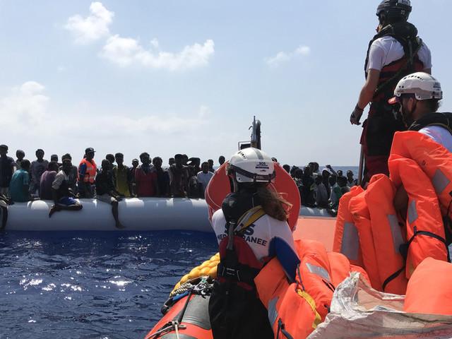 Naufraga un gommone con 100 migranti a bordo, tra i morti una bimba di sei mesi