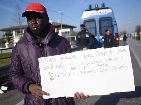 Profughi, nuova protesta: un gruppo ?di migranti si rimette in marcia