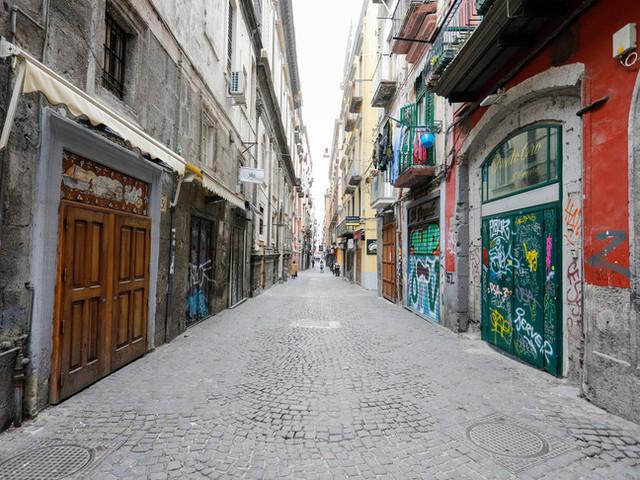 """A Napoli la strada dei presepi deserta e spettrale. """"Abbandonati da tutti"""""""