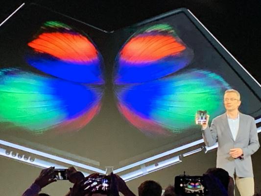 Samsungha presentato il primo smartphone pieghevole (e l'S10)