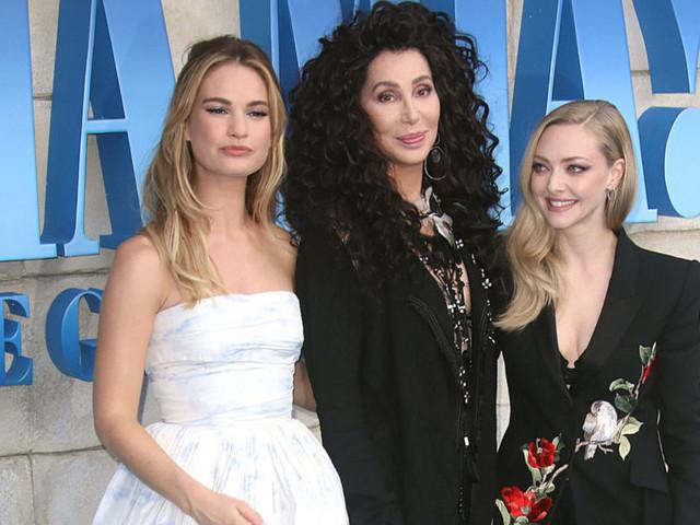 Cher: scollo troppo grande e bacio rubato alla première di Mamma Mia!