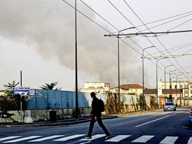 """Gli abitanti preoccupati da due giorni di fiamme a Nord di Milano: """"Ci stanno prendendo in giro"""""""