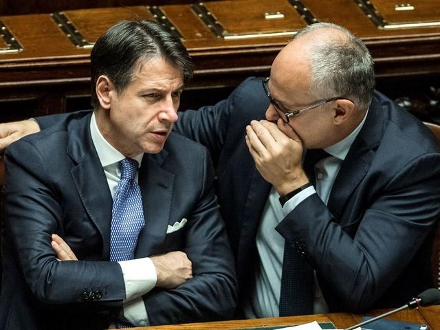 """Manovra, l'Ue """"grazia"""" Conte. Poi avverte: """"Rischi su deficit"""""""