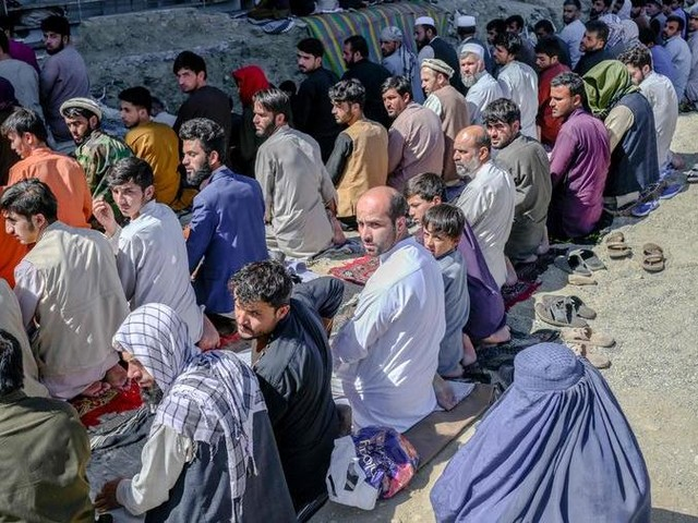 Afghanistan, i taleban riaprono le scuole solo per i maschi e chiudono il ministero delle Donne