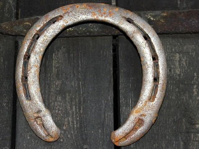 """Sapete perchè per scaramanzia si dice di """"toccare ferro""""? L'origine di questa usanza"""