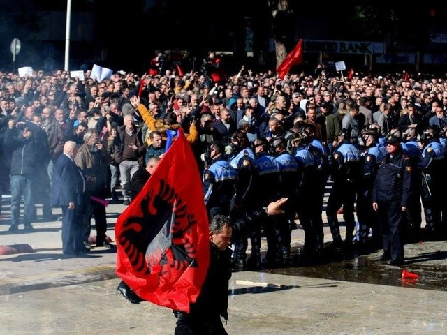 Tirana: Grande manifestazione dell'opposizione. Violenze a tratti ma senza conseguenze.
