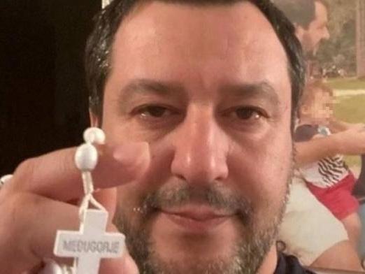 Salvini vuole le chiese aperte a Pasqua con ingresso a turno, come nei supermercati