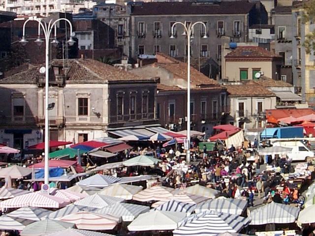 Controlli anticovid a Catania, task force della Polizia Municipale alla Fiera di Piazza Carlo Alberto