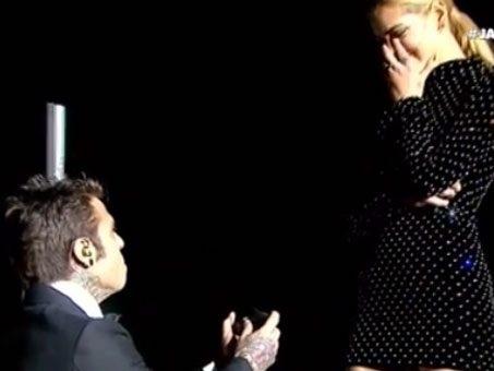 Fedez e Chiara Ferragni si sposano: il video della proposta di matrimonio all'Arena di Verona in ginocchio sul palco