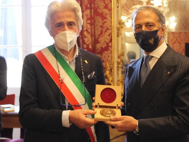 """Macerata, Parcaroli omaggia il Questore Pignataro: """"un amico con profonde doti umane"""""""