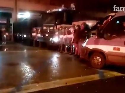 Salvini a Bologna, tensioni al corteo anti lega: polizia usa gli idranti sui manifestanti