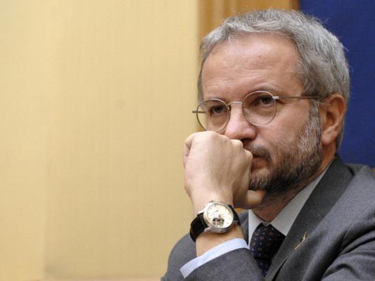 """Borghi rievoca l'uscita dall'euro. Gualtieri: """"Nemico dell'Italia"""""""