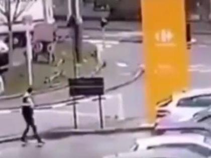Parigi, accoltella tre persone: un morto e due feriti gravi