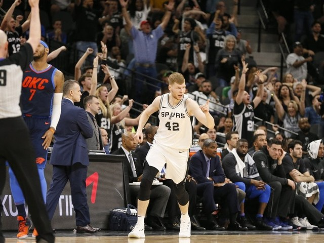 Basket, Nba: San Antonio vede i playoff, Golden State cade in casa