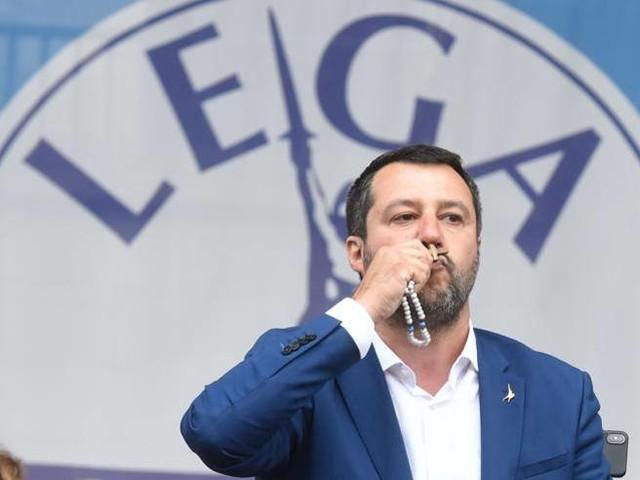 Salvini, il rosario e Maria. L'ira dei Comboniani: «Parole che ci ripugnano»