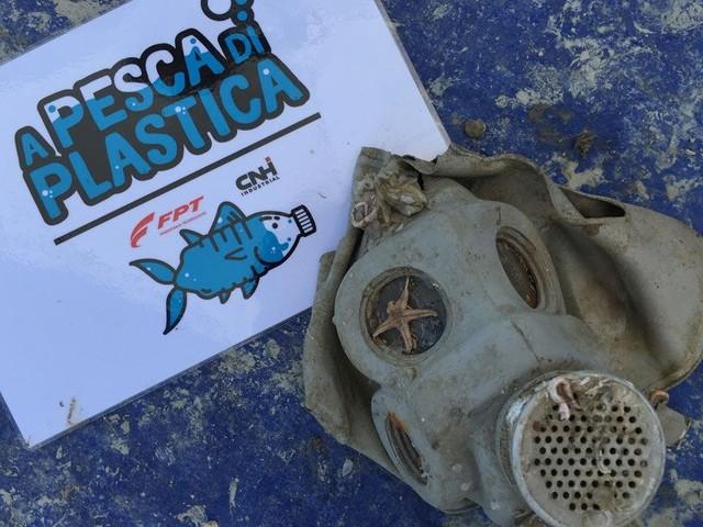 Plastica, dalle bambole agli scooter: cosa emerge dal mare