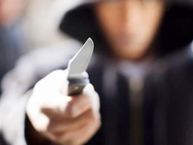 Scoperto mentre deruba una cliente, sferra un fendente all'ambulante