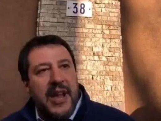Salvini prosegue con i suoi rallentamenti: «Al civico 39 spacciano»
