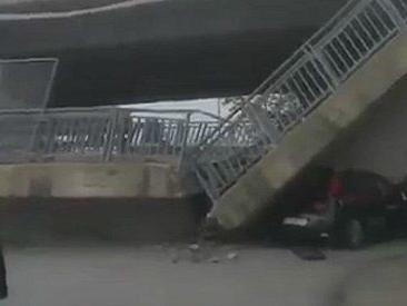 Cuneo, cavalcavia della tangenziale crolla su auto dei carabinieri. Illesi i militari