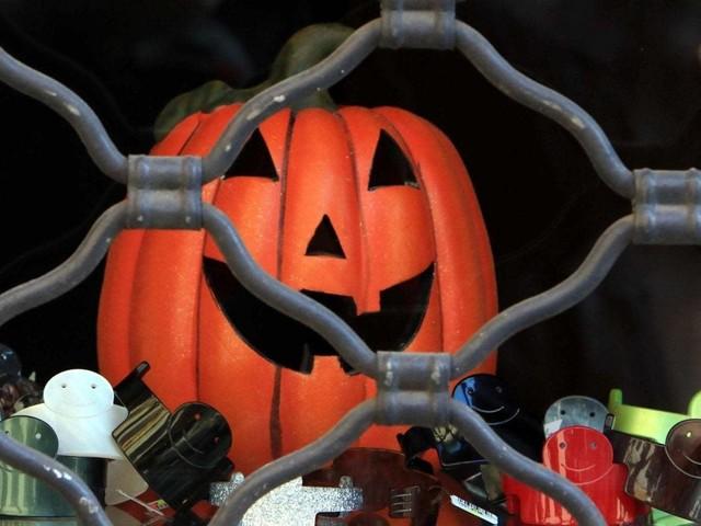 Maschere e addobbi per Halloween pericolosi: sequestrati 1,5 milioni di euro di merce sulla Prenestina