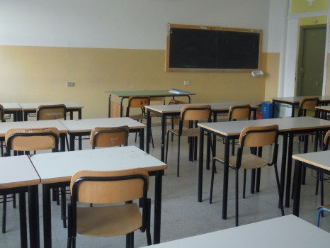 Rimproverato per l'uso del cellulare in classe, studente colpisce l'insegnante