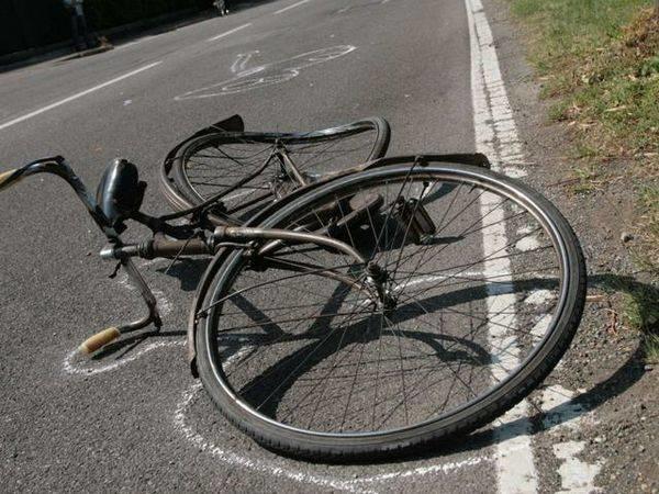 Tremendo incidente stradale, ciclista travolto da un'auto: è morto