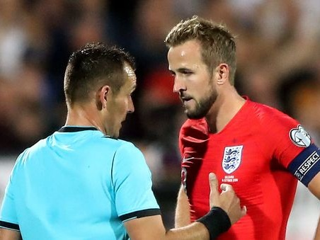 Bulgaria, morto un tifoso inglese prima della sfida. E durante il match cori contro Sterling e partita sospesa…