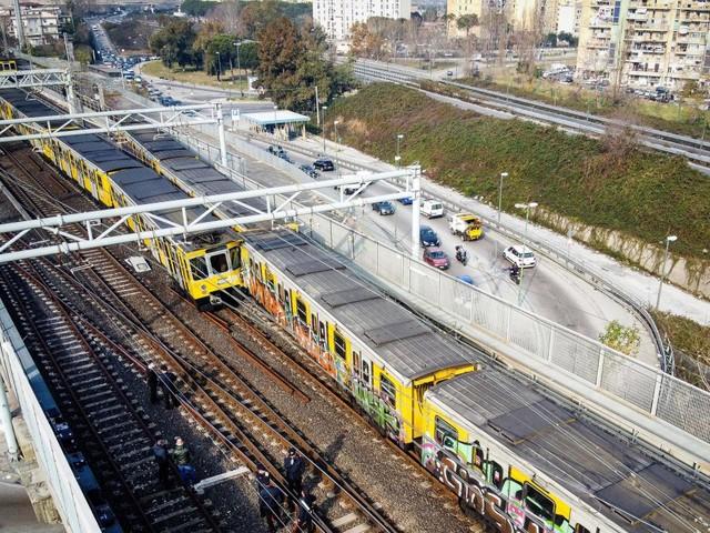 Metro Napoli, scontro fra treni su Linea 1: cinque feriti non gravi