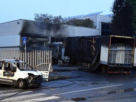 Tir contro auto, 2 morti carbonizzati nel Milanese. A Bari auto si schianta contro un cancello: morti 2 giovani