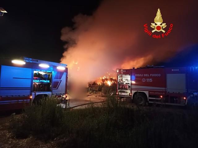 Latina, grande incendio in campagna: a fuoco fienile
