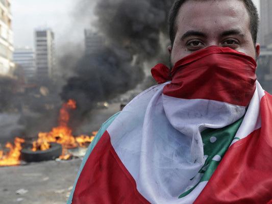 Una tassa su Whatsapp ha scatenato le proteste più accese degli ultimi anni in Libano