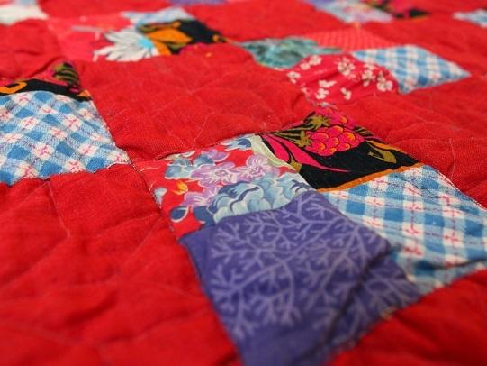 Vecchie coperte: tante idee per non sprecarle. Si trasformano in paraspifferi, presine e tappeti