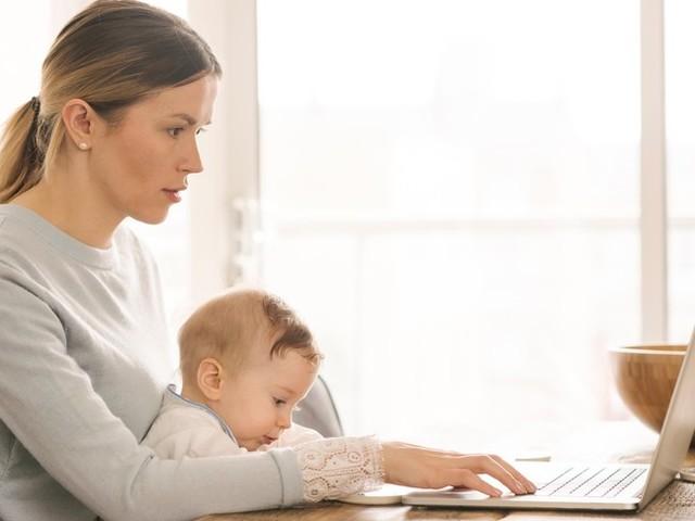 Una mamma su due lascia il lavoro per la cura dei figli
