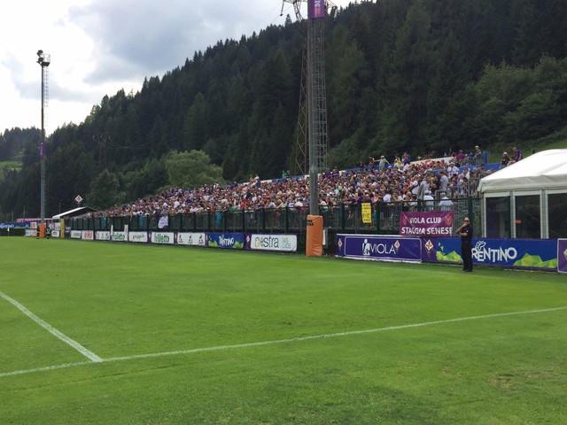Fiorentina: tribuna piena a Moena e spuntano anche gli striscioni