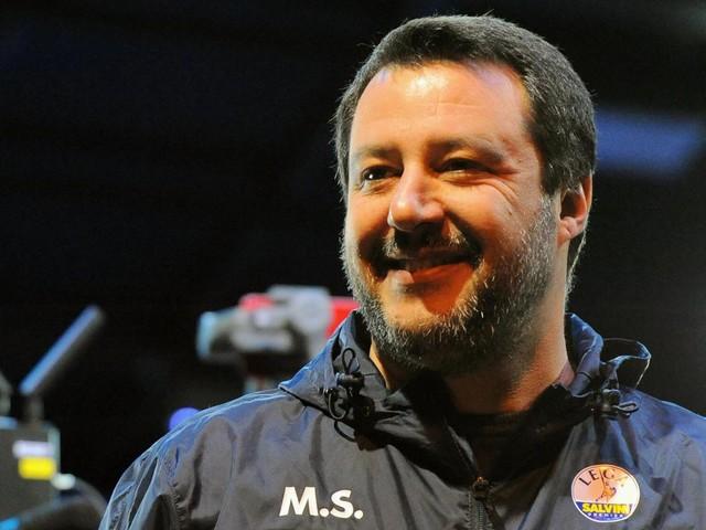 Vino, zanzare e amore: Salvini-show a Cagliari