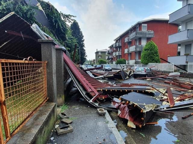 Maltempo, tetto si stacca per tromba d'aria a Gallarate, allagamenti e danni in Valchiavenna e nel Lecchese