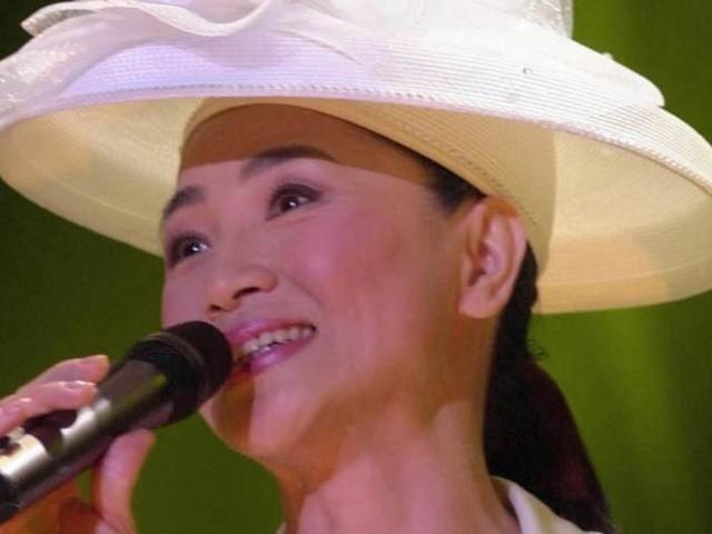 """Fong Fei-Fei, chi è?/ Video, la """"signora dei cappelli"""" dalla voce che fa sognare"""