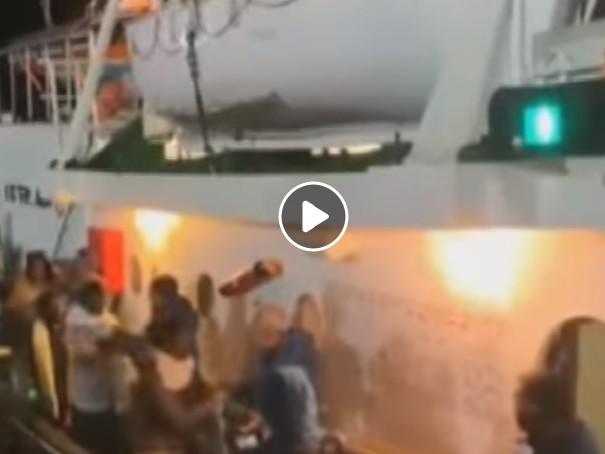 Lampedusa, lo sbarco dei migranti dalla nave Mare Jonio VIDEO