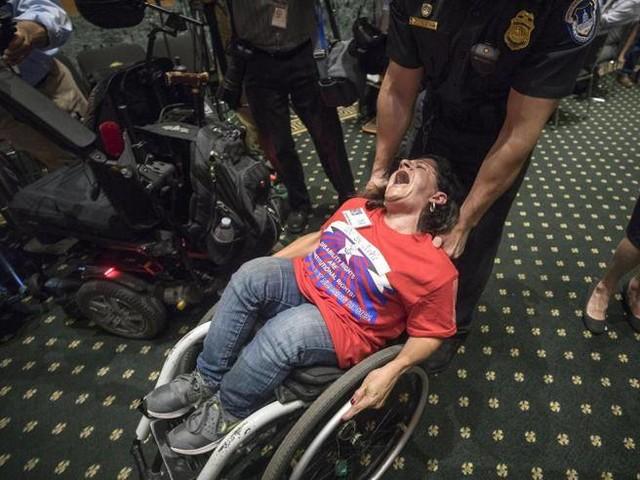 Schiaffo a Trump dal Senato, l'Obamacare (per ora) resiste
