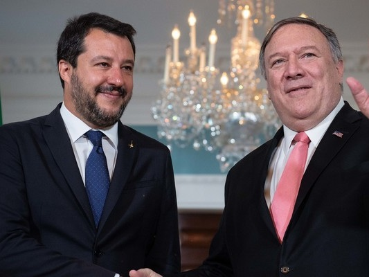 La schizofrenica politica estera dell'Italia