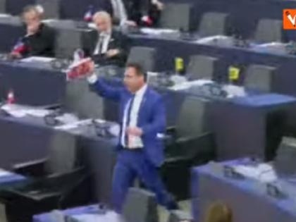 """Angelo Ciocca lancia cioccolato turco all'Europarlamento: """"Una vergogna, finanziate le guerre"""""""