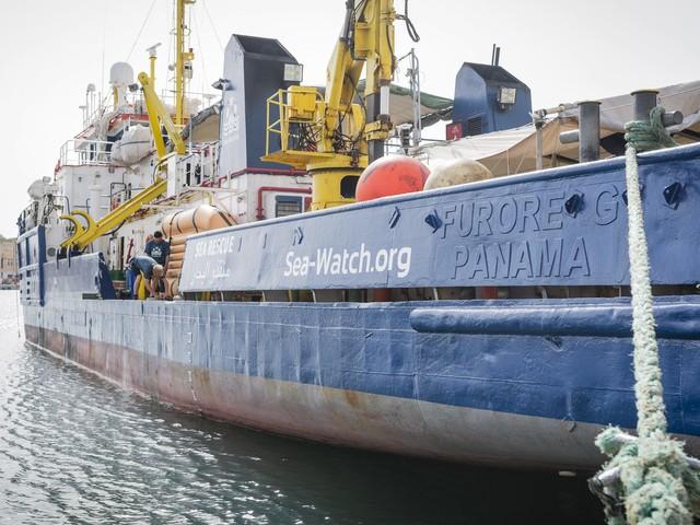 """La Sea Watch 3, con 65 migranti a bordo, diffidata ad entrare in acque italiane. Salvini: """"Non sono soccorritori ma scafisti"""""""