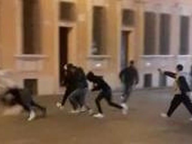 """""""Sono stati maleducati"""". Spara in piazza: 5 feriti"""