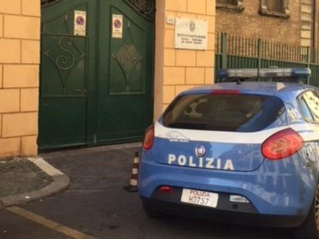 """Roma, 13enne precipita dalle scale di una scuola e muore. """"Ha detto ciao ed è volato giù"""""""