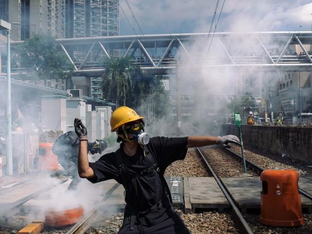 Hong Kong, ancora scontri tra polizia e ribelli I blindati cinesi in marcia verso l'aeroporto