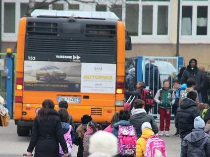 Il Comune in campo al fianco dei genitori: «Il gestore dello scuolabus cambi registro»