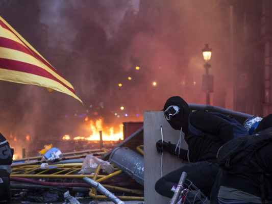 Decine di arresti e 180 feriti negli scontri in Catalogna