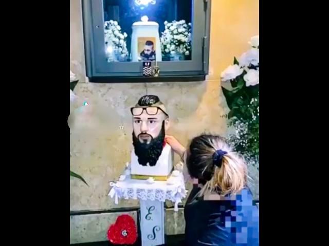 L'altare con le ceneri di Emanuele Sibillo simbolo del clan: indagati genitori del baby boss ucciso