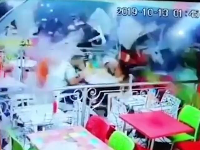 Marocco, ubriaco al volante finisce con l'auto nel fast food: clienti travolti, nove feriti VIDEO